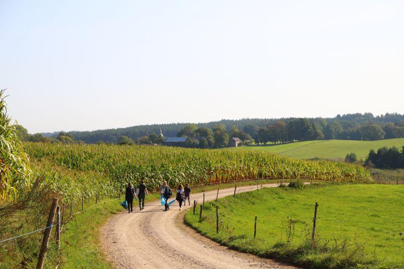 Grupa uczniów w drodze do wsi Wodziłki