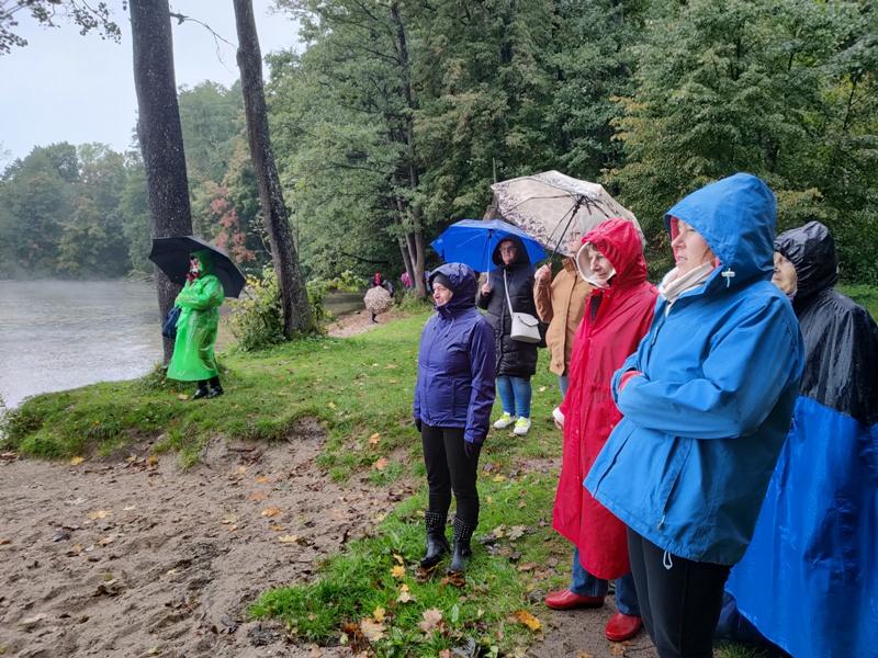 uczestnicy wycieczki nad jeziorem Hańcza